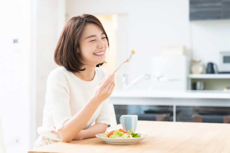 野菜を食べて老廃物をデトックスする女性